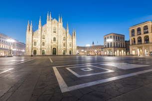 Facade of the Gothic Milan Cathedral (Duomo) at dusk, Milan, Lombardy, Italy, Europeの写真素材 [FYI03788854]