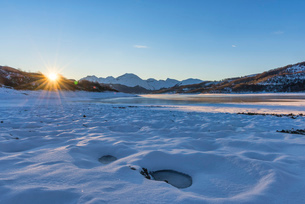 Campotosto Lake in winter at sunrise, Gran Sasso National Park, Abruzzo, Italy, Europeの写真素材 [FYI03788923]