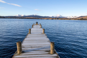 Frost covered jetty at the north end of Windermere near Ambleside, with rugged snow covered mountainの写真素材 [FYI03788927]