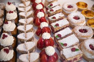 Tasty pastries in window of French patisserie shop, Arras, Pas-de-Calais, Hauts-de-France region, Frの写真素材 [FYI03788951]