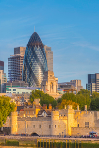 Tower of London, UNESCO World Heritage Site, and the Gherkin (30 St. Mary Axe), City of London, Londの写真素材 [FYI03788991]