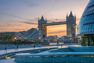 Tower Bridge over River Thames and City Hall, London, England, United Kingdom, Europeの写真素材 [FYI03789000]