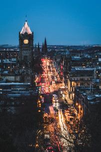 Princes Street at dusk, Edinburgh, Lothian, Scotland, United Kingdom, Europeの写真素材 [FYI03789020]