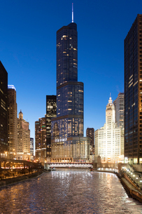 Trump Tower and The Wrigley Building at dusk, overlooking a frozen Chicago River, Chicago, Illinois,の写真素材 [FYI03789084]