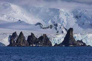 Pinnacle rocks, glaciers, mountains of Greenwich Island, from the sea, bright, misty weather, Southの写真素材 [FYI03789095]