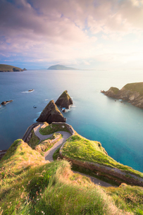 Sunset on Dunquin pier (Dun Chaoin), Dingle Peninsula, County Kerry, Munster province, Republic of Iの写真素材 [FYI03789128]