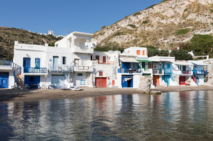 Colourful fishermen's boat houses with Plaka on hill, Klima, Milos, Cyclades, Aegean Sea, Greek Islaの写真素材 [FYI03789156]