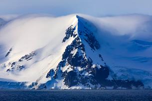 Livingston Island mountains in low lying mist, evening sun, from Bransfield Strait, South Shetland Iの写真素材 [FYI03789174]