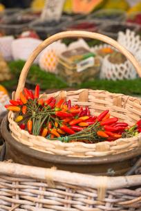 Chilli peppers on display at Campo de Fiori Market, Rome, Lazio, Italy, Europeの写真素材 [FYI03789183]