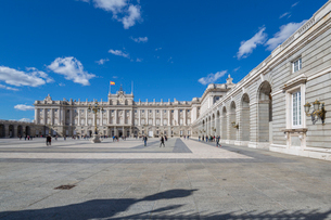 View of Royal Palace on bright sunny morning, Madrid, Spain, Europeの写真素材 [FYI03789202]