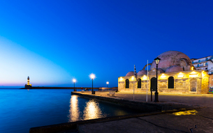Lighthouse at Venetian port and Turkish Mosque Hassan Pasha at night, Chania, Crete, Greek Islands,の写真素材 [FYI03789234]