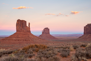 The giant sandstone buttes glowing pink at sunset in Monument Valley Navajo Tribal Park, Arizona, Unの写真素材 [FYI03789251]