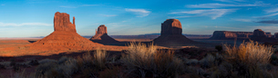 A panoramic image of the giant sandstone buttes at sunset in Monument Valley Navajo Tribal Park, Ariの写真素材 [FYI03789264]