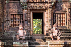 Detailed carving on the facade of a temple at Banteay Srei in Angkor, UNESCO World Heritage Site, Siの写真素材 [FYI03789296]