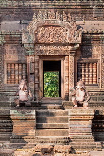Detailed carving on the facade of a temple at Banteay Srei in Angkor, UNESCO World Heritage Site, Siの写真素材 [FYI03789297]