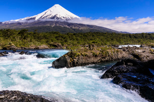 Petrohue rapids, snow-capped, conical Osorno volcano, Vicente Perez Rosales National Park, Spring, Lの写真素材 [FYI03789360]