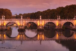 Ponte Sant'Angelo Bridge reflected in Tiber River at sunset, Rome, Lazio, Italy, Europeの写真素材 [FYI03789368]