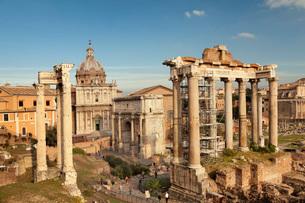 Roman Forum (Foro Romano), Temple of Saturn and Arch of Septimius Severus, UNESCO World Heritage Sitの写真素材 [FYI03789377]