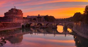 Castel Sant'Angelo, Ponte Sant'Angelo Bridge, UNESCO World Heritage Site, Tiber River, Rome, Lazio,の写真素材 [FYI03789390]
