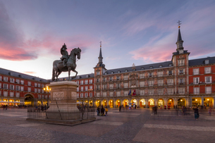 View of Philip lll statue and architecture in Calle Mayor at dusk, Madrid, Spain, Europeの写真素材 [FYI03789411]