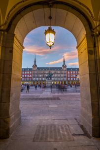 View of Casa de la Panaderia in Plaza Mayor through archway at dusk, Madrid, Spain, Europeの写真素材 [FYI03789413]