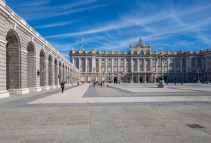 View of Royal Palace on bright sunny morning, Madrid, Spain, Europeの写真素材 [FYI03789416]