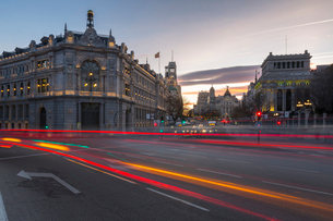 View of trail lights on Calle de Alcala and the entry to Gran Via at dusk, Madrid, Spain, Europeの写真素材 [FYI03789514]