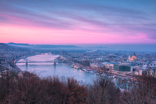 Overview of the city at sunset from The Citadel on Gellert Hill, Budapest, Hungary, Europeの写真素材 [FYI03789545]