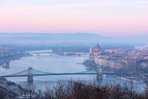 View over the city and River Danube at sunset from The Citadel on Gellert Hill, Budapest, Hungary, Eの写真素材 [FYI03789557]