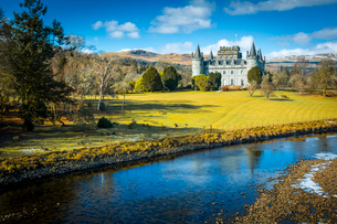 View of Inveraray Castle and River Aray, Argyll and Bute, Scotland, United Kingdom, Europeの写真素材 [FYI03789566]