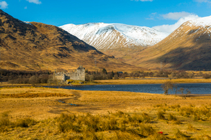 The ruins of Kilchurn Castle seen across Loch Awe in winter, Kilchurn Bay, Loch Awe, Argyll and Buteの写真素材 [FYI03789567]