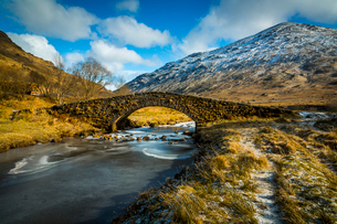 View of mountains and Cattle Bridge in winter, in the Argyll Forest and National Park, Highlands, Scの写真素材 [FYI03789574]