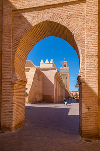 View of Moulay El Yazid Mosque framed by archway, Marrakesh, Morocco, North Africa, Africaの写真素材 [FYI03789601]