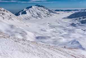 Hikers on Campo Imperatore plateau in winter, Gran Sasso e Monti della Laga, Abruzzo, Apennines, Itaの写真素材 [FYI03789712]