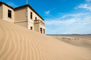 A building in the abandoned diamond mining ghost town of Kolmanskop, Namibia, Africaの写真素材 [FYI03789793]