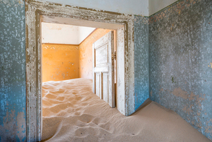The interior of a building in the abandoned diamond mining ghost town of Kolmanskop, Namibia, Africaの写真素材 [FYI03789794]