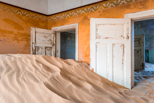 The interior of a building in the abandoned diamond mining ghost town of Kolmanskop, Namibia, Africaの写真素材 [FYI03789796]