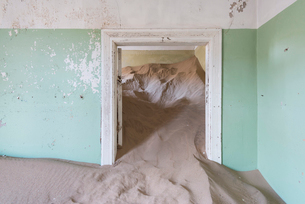 The interior of a building in the abandoned diamond mining ghost town of Kolmanskop, Namibia, Africaの写真素材 [FYI03789797]