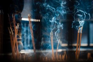 Incense sticks, Yuantong Buddhist Temple, Kunming, Yunnan Province, China, Asiaの写真素材 [FYI03789896]