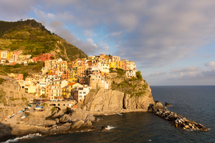 Afternoon sun and colourful buildings by sea in Manarola, Cinque Terre, UNESCO World Heritage Site,の写真素材 [FYI03789906]