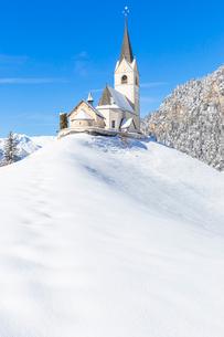 Typical church of Davos Wiesen in winter, Albula Valley, District of Prattigau/Davos, Canton of Grauの写真素材 [FYI03789931]