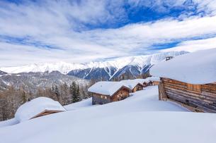 Typical alpine huts, Wiesner Alp, Davos Wiesen, Albula Valley, District of Prattigau/Davos, Canton oの写真素材 [FYI03789954]