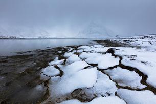 Mist on the snowy peak of Volanstinden, Fredvang, Lofoten Islands, Nordland, Norway, Europeの写真素材 [FYI03789977]