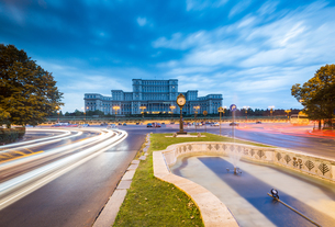 Car light trails at blue hour in front of the huge Palace of Parliament (Palatul Parlamentului), Bucの写真素材 [FYI03790007]