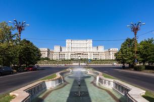 Bucharest's huge Palace of Parliament (Palatul Parlamentului) on a clear sunny day, Bucharest, Romanの写真素材 [FYI03790009]