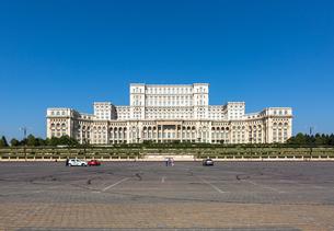 Bucharest's huge Palace of Parliament (Palatul Parlamentului) on a clear sunny day, Bucharest, Romanの写真素材 [FYI03790014]