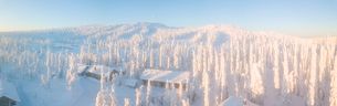 Elevated panoramic view of huts in the snow covered woods, Pallas-Yllastunturi National Park, Muonioの写真素材 [FYI03790020]