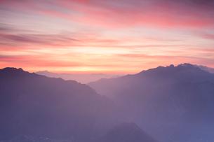 Silhouette of Monte Resegone and Monte Due Mani at dawn, Monte Coltignone, Lecco, Lombardy, Italianの写真素材 [FYI03790104]