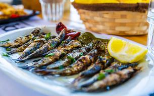 Grilled sardines, Crete, Greek Islands, Greece, Europeの写真素材 [FYI03790188]