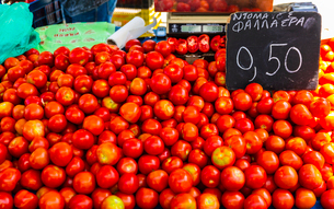 Tomatoes for sale, Chania, Crete, Greek Islands, Greece, Europeの写真素材 [FYI03790196]